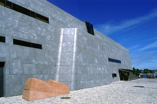 Ved inngangen til Norsk Oljemuseum. Foto: Espen Grønli/NOM