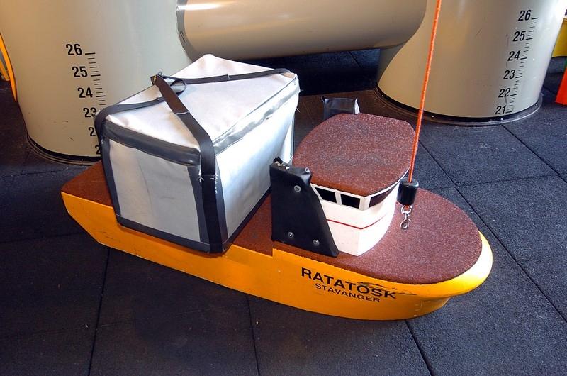 """Skipet """"Ratatosk"""" ved lekeplattformen """"Småtroll"""" på oljemuseet."""