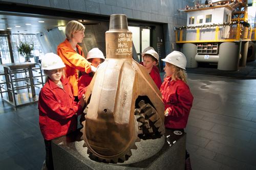 Aktivitetsomvisning med hjelm og arbeidsjakke. Foto: Jan A. Tjemsland/NOM