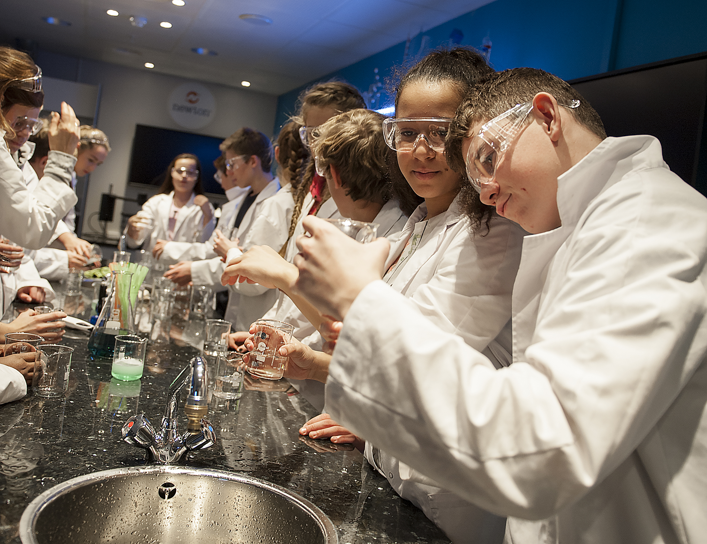 Elever i Newtonrommet på oljemuseet