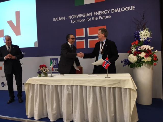 Direktør ved Norsk Oljemuseum, Finn E. Krogh (til høyre) signerer samarbeidsavtale med oljemuseets italienske søstermuseum.