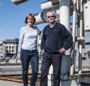 Kristin Øye Gjerde og Arnfinn Nergaard på kaien utenfor oljemuseet. Foto: NOM/Jan A. Tjemsland