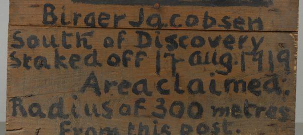 I Svalbard museums samling finnes et skilt der Birger Jacobsen 17. august 1919 har krevd enerett til oljeforekomster i en radius av 300 meter fra skiltet. Foto: Svalbard museum