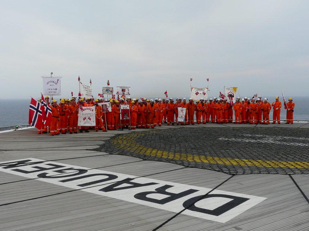 17. mai på Draugen i 2013, Etter marsjering med faner og flagg på helikopterdekket ble det servert pølser, is og brus. Foto: Ukjent