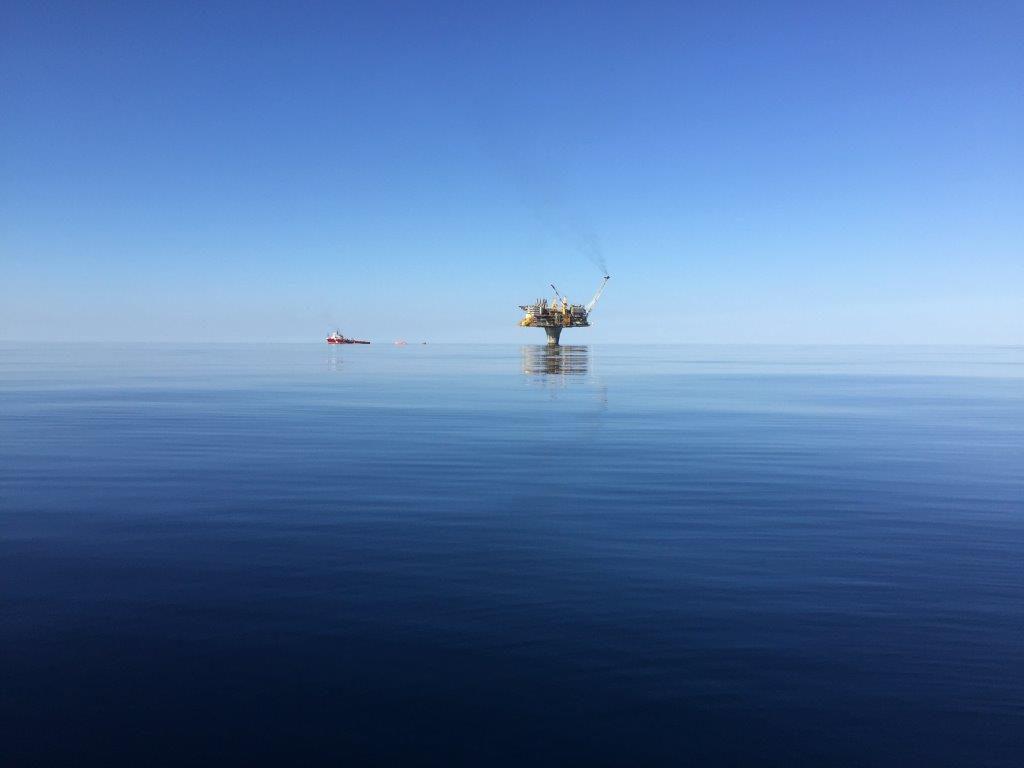 Bilder tatt ifra helikopter og båt går igjen i samlingen. Men ikke mange har fanget en så stille dag på Draugenfeltet. Foto: Ukjent