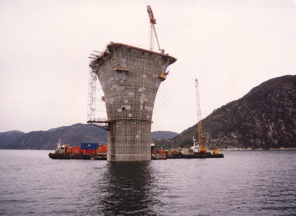 Betongunderstellet gjøres klar til sammenkobling med dekket i Yrkjesfjorden i Vats. Foto: Ukjent