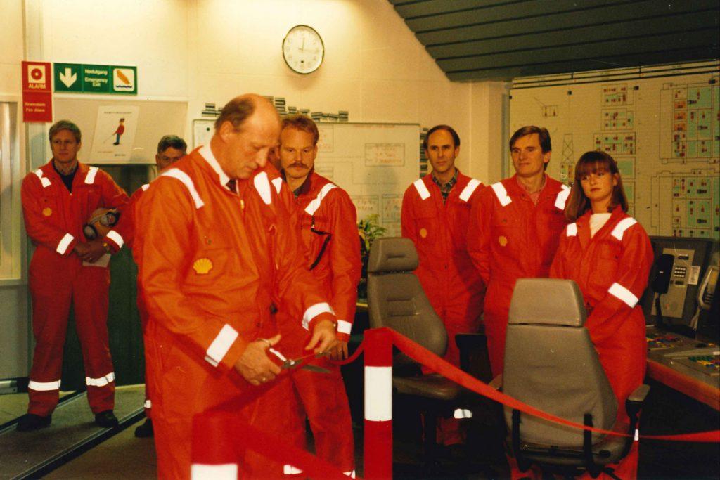 Hans Majestet Kong Harald klipte snoren under den offisielle åpningen av Draugen i 1993. Foto: Ukjent