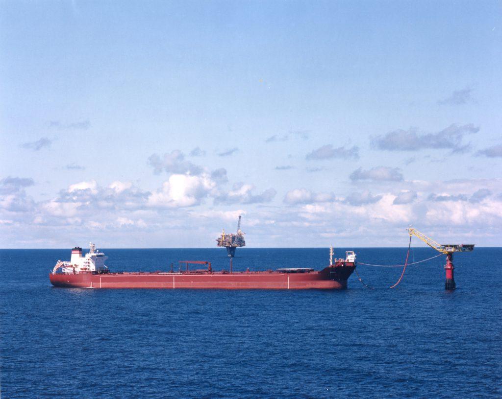 En bøyelaster henter olje fra lastebøyen på Draugenfeltet i juni 1997. Foto: Harald M. Valderhaug