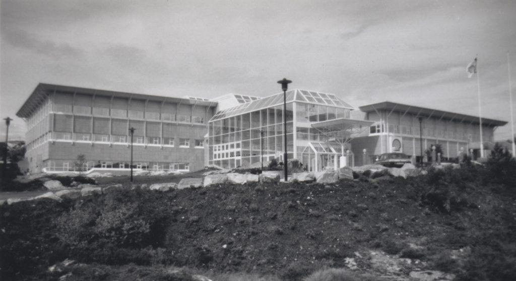 Norske Shell sitt hovedkontor stod klart på Råket i Kristiansund 1992. Draugenutbyggingen har hatt store ringvirkninger i Kristiansund, som er base- og driftsby for feltet. Foto: Ukjent