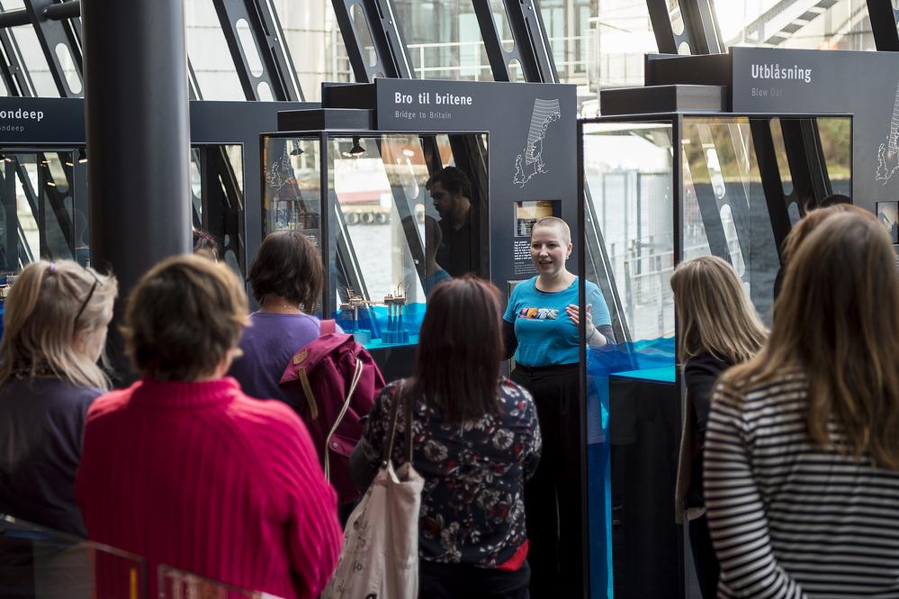 Omvisning i oljemuseet med museumsvert Alina Fjermestad som guide. Foto: Shadé B. Martins